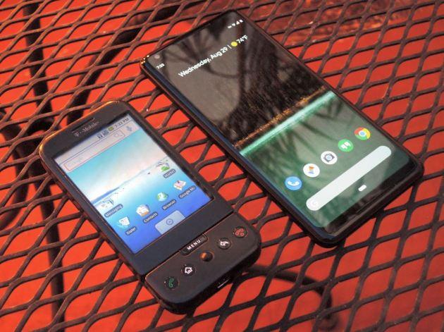 هاتف HTC G1 بجانب هاتف Pixel 2 XL