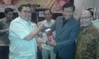 Saya menerima buku dan beras HKTI dari Bapak Fadli Zon Ketua Umum HKTI