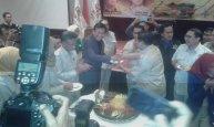 Saya menerima penyerahan tumpeng dari bpk Prabowo Subianto Ketua Dewan Pembina dalam rangka HUT HKTI ke-43.
