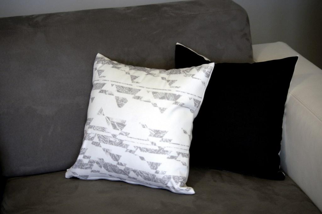 coussins décoration canapé moderne graphique gris contemporain motifs triangle noir gris femme matière coton original made in france