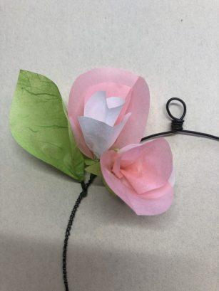 fleurs fixées à la couronne.