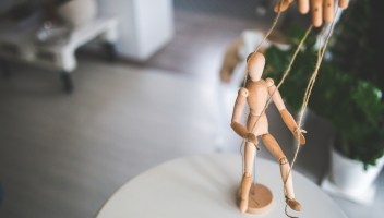Kako prepoznaš čustvenega manipulatorja?