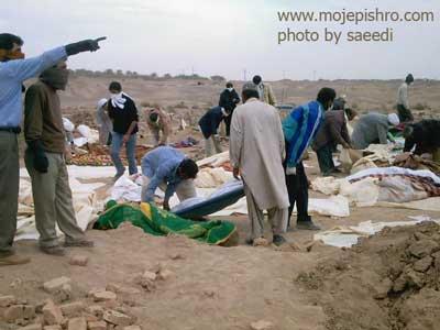 تدفین اجساد در زلزله بم / عکس از مهندس علیرضا سعیدی