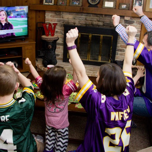 super-bowl-party-fans-cheering
