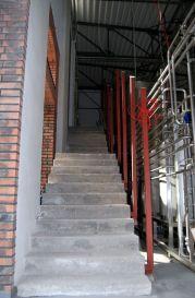 Tymi schodami dostaniemy się do przybrowarnej pijalni piwa