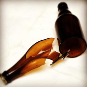 """""""granaty piwowarskie"""" czyli butelki rozerwane w wyniku zbyt dużego ciśnienia"""