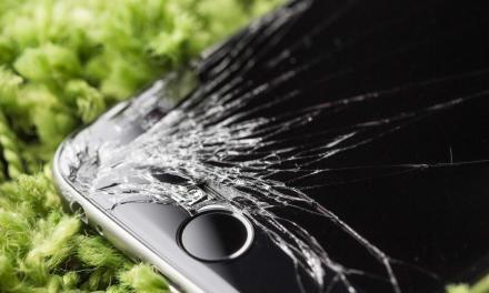 Jak wygląda procedura naprawcza zbitej szybki w iPhonie?