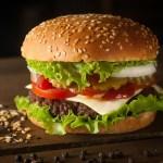 Ngapain sih, Peduli Amat Soal Cara Makan Burger yang Bener