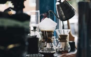 Minum Kopi Itu Biasa Saja, Nggak Usah Dibikin Ribet dan Diromantisasi kopi artisan kopi senja barista kasta minum kopi terminal mojok.co