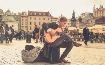 bermain gitar mojok
