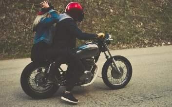 motor jadul lubang jalanan mojok