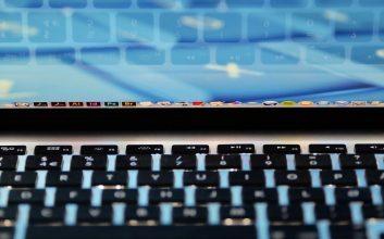 software bajakan booming di indonesia alasan orang pakai software bajakan mojok.co