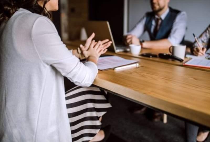 wawancara kerja interview kerja lowongan kerja HR pertanyaan kekurangan diri tips cara menjawab mojok.co