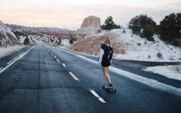 Perbedaan Mendasar Longboard dan Skateboard yang Serupa tapi Tak Sama mojok.co