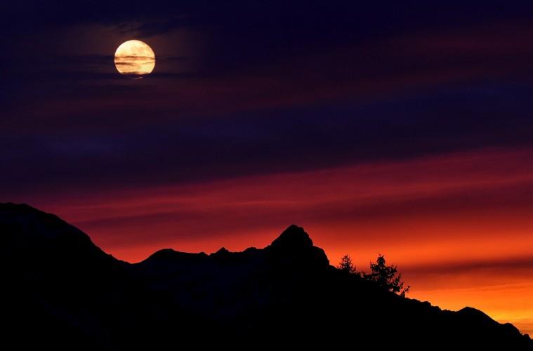 Cak Dlahom dan Romlah Memandang Bulan yang Mengapung di Telaga