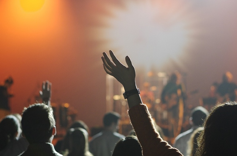 Meninjau Kembali Hukum Menonton Konser Musik