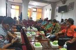 Klarifikasi Supriyono, anggota DPRD Bantul di depan relawan dan pimpinan dewan terkait pernyataannya tentang pasien corona.