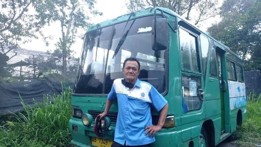 Pak Lorek dengan bis engkel yang masih bertahan melayani rute Pakem-Kaliurang