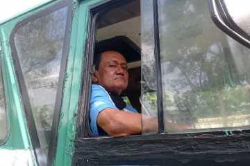 Pak Lorek, sopir bis Jogja-Kaliurang di atas kendaraannya