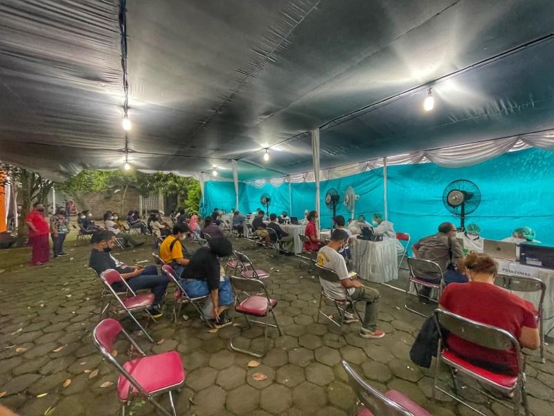 Seniman mengantre divaksin di PSBK. Foto oleh Puthut EA/Mojok.co