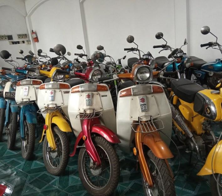 Pak Handoko mengumpulkan motor-motor tua agar tidak lari ke luar negeri. Foto oleh Riyanto/Mojok.co