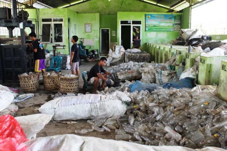 Proses memilah sampah di Tri Guyub Rukun. Foto oleh Sarwo Sambada/Mojok.co