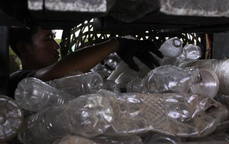 Sampah dari botol plastik sedang disiapkan untuk dipres. Foto oleh Sarwo Sembada/Mojok.co