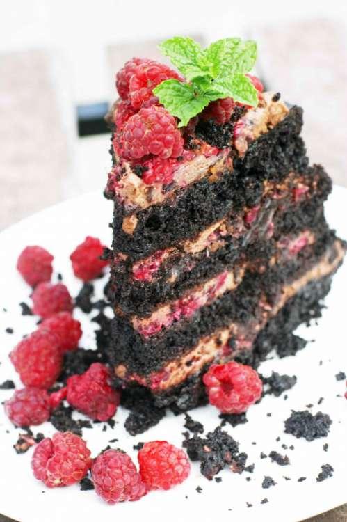 czekoladowy_tort_z_malinami