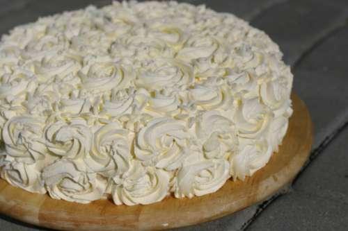 Tort z biala czekolada i truskawkami