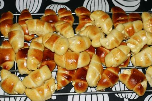 Drożdżowe rogaliki z serem