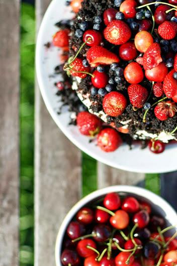 Torcik czekoladowy ze świeżymi owocami