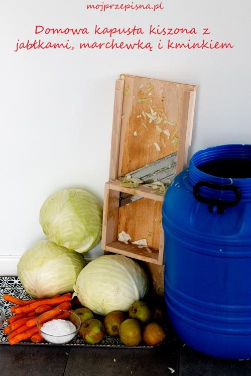 Domowa kapusta kiszona z jabłkami, marchewką i kminkiem