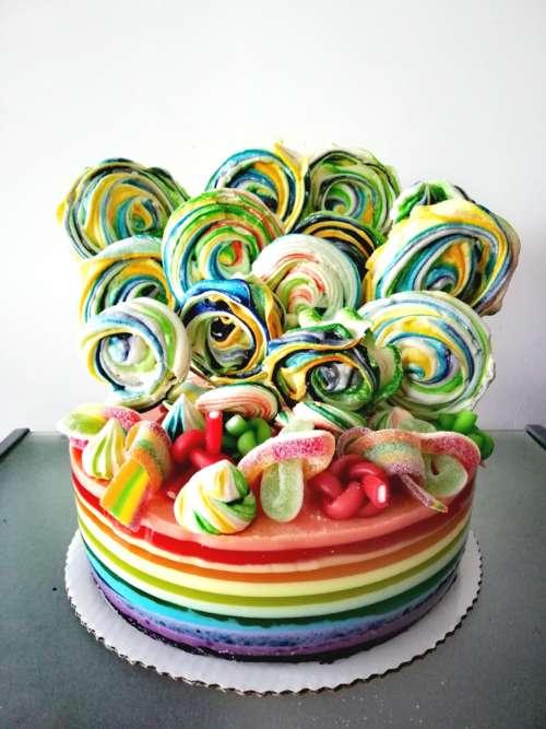 Tęczowy tort galaretkowy