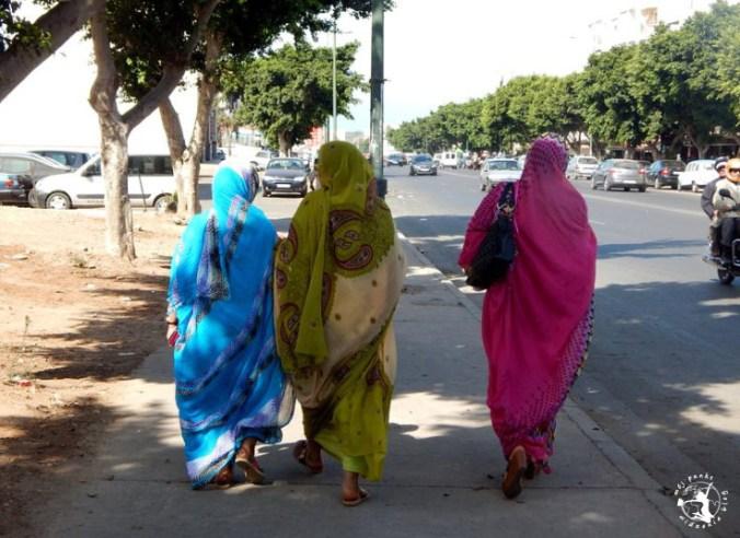 Mój Punkt Widzenia Blog - marokańskie kobiety spacerujące po mieście Agadir