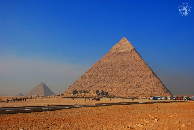 Piramidy na pustyni w Egipcie