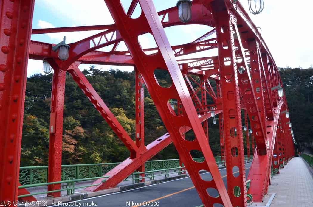 [6]奥多摩湖に架かる赤い橋