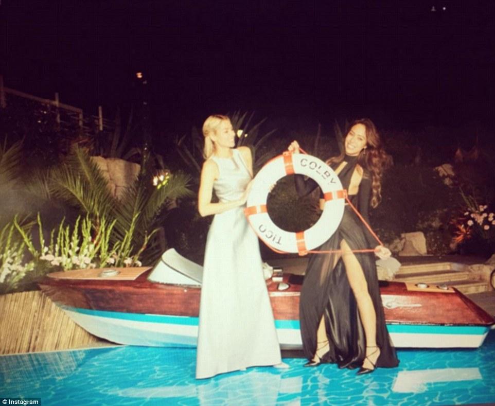 Flutuando afastado: Modelos Jessica Hart e Chantelle Waters posar para uma foto no casamento