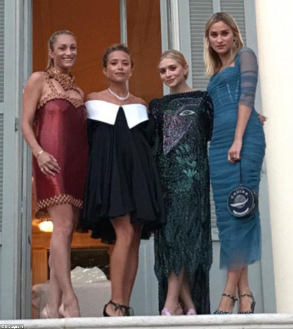 Geminação: Mary Kate e Ashley Olsen estavam entre os muitos convidados famosos no casamento (acima com Marcella Guarino e Allessandra Brawn)