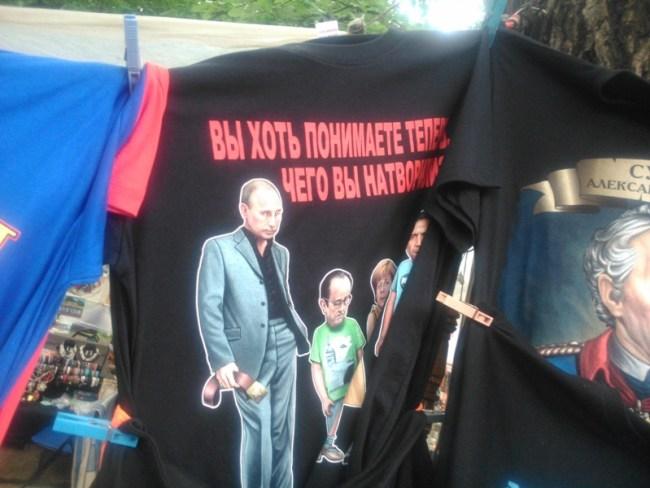 Tricou cu Putin dojenindu+i pe Hollande, Merkel şi Obama FOTO moldNova