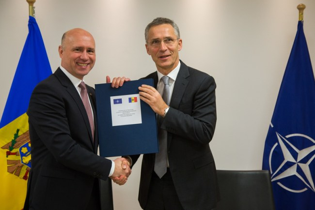 Premierul Pavel Filip împreună cu Secretarul General NATO, Jens Stoltenberg.