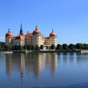 Замок Морицбург окружен водой