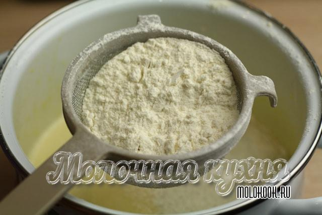 Tamizar y agregar harina