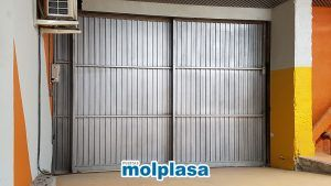 puerta metálica de garaje