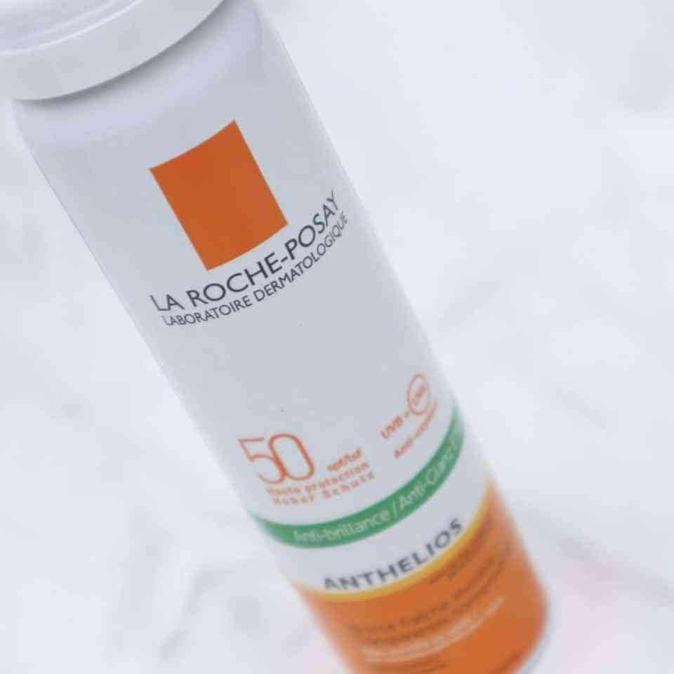 Draag je zonnebrandcrème onder of over je dagcrème? lovea spf15 review momambition.nl La roche posay Anthelios 50+ Zonnespray gelaatsnevel dry touch
