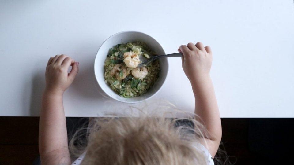 Recept | Orzo met knoflookgarnalen en courgette momambition.nl hellofresh