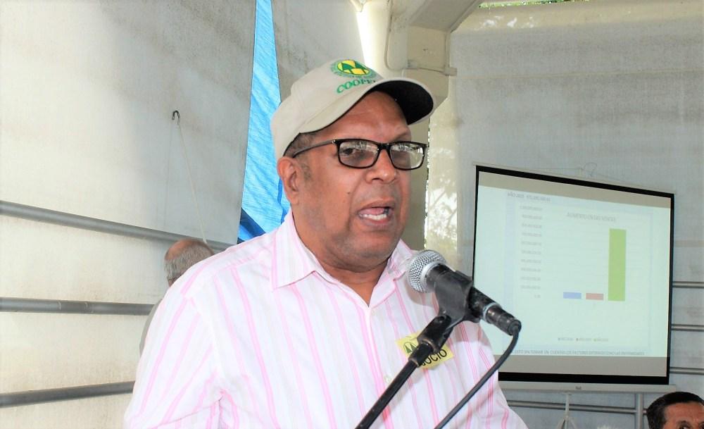 Ing. Tabarez Peña del consejo directivo habla en la asamblea