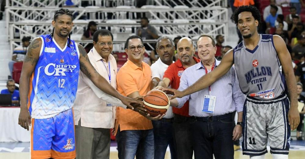 Jorge Minaya, diretor del INEFI, realiza el saque de honor previo al partido entre El Millón y Huellas del Siglo