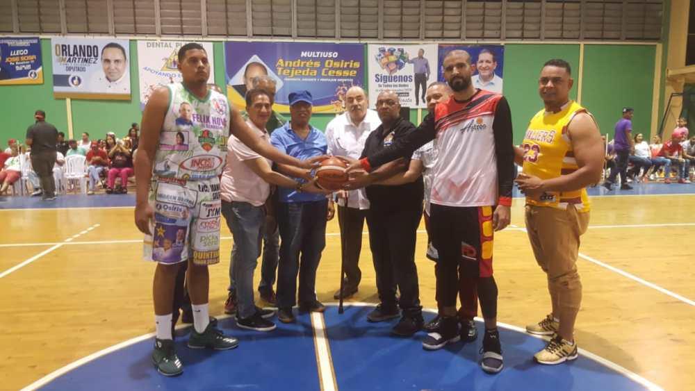 JosA(C) Sosa realiza el saque de honor del segundo partido de la final del basket superior Bonao, tambiA(C)n los fanA!ticos fieles del club Las Amapolas