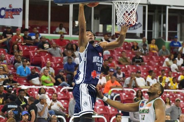 Juan Guerrero, de El MillA3n, pone la bola en bandeja sobre la canasta tras dejar atrA!s a Jonathan AraAojo, de Bameso