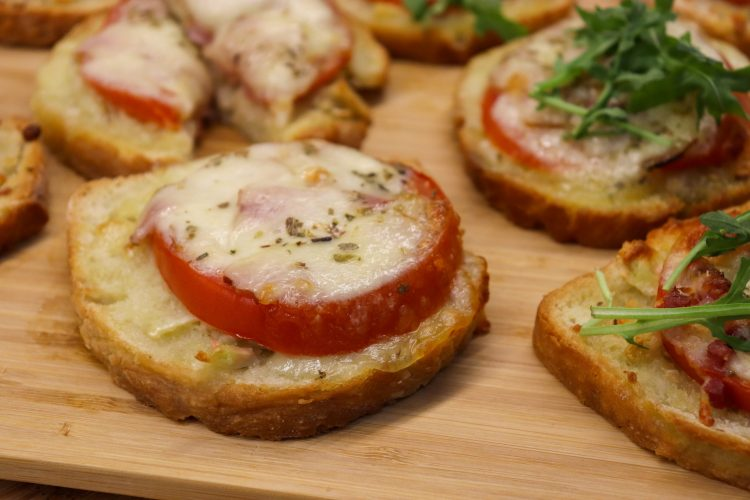 Tostas de Tomate e Queijo Mozarela com Presunto e Bacon